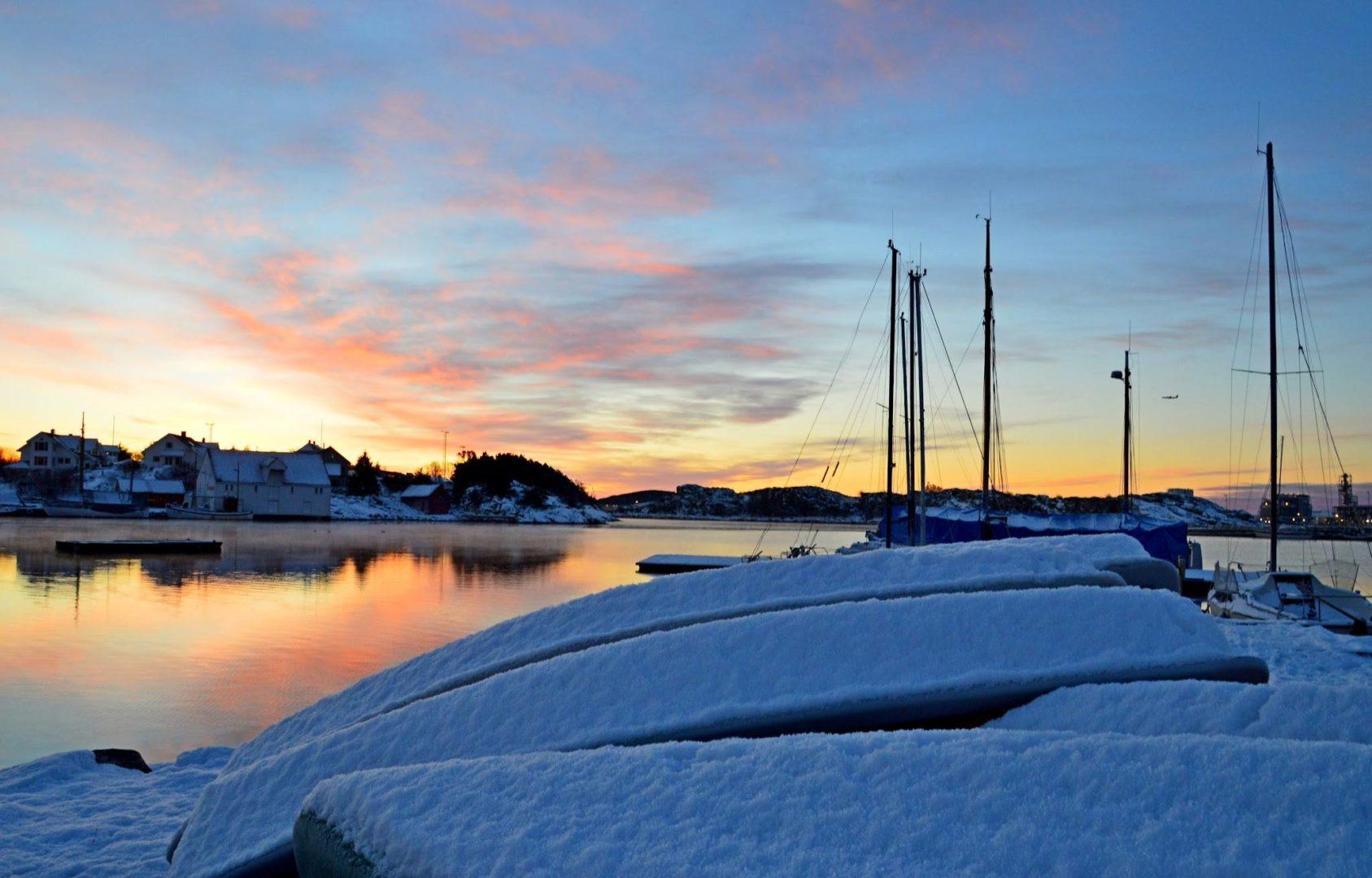 Oversikt over en snødekket Tananger havn